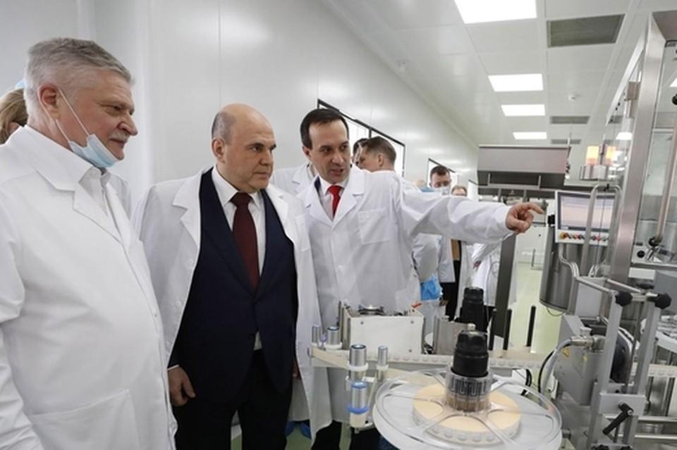 Михаил Мишустин посмотрел, как разливают вакцину от коронавируса. Фото: government.ru