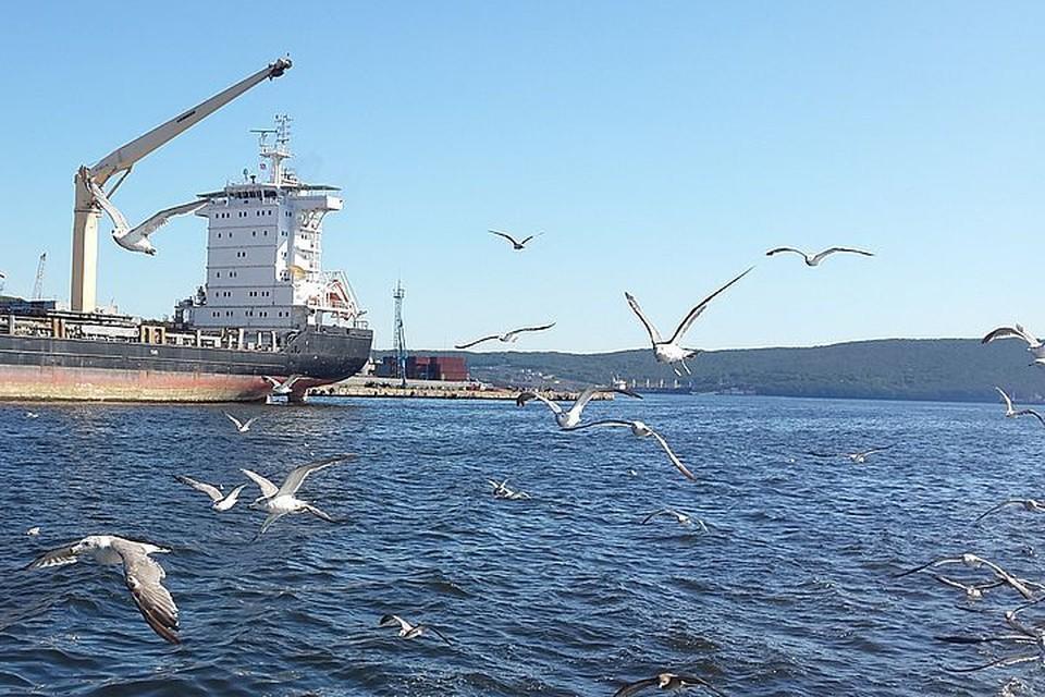 Экипаж рыболовецкого судна уже доставили во Владивосток