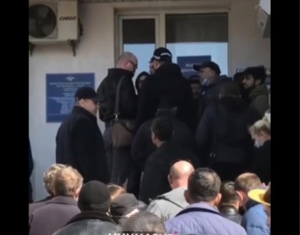 Очереди растягиваются на несколько дней. Фото:Кадр видео «Инцидент Крым», «ВКонтакте»