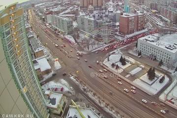 «В сугробе в крови лежали люди»: в Красноярске автомобиль вылетел на автобусную остановку