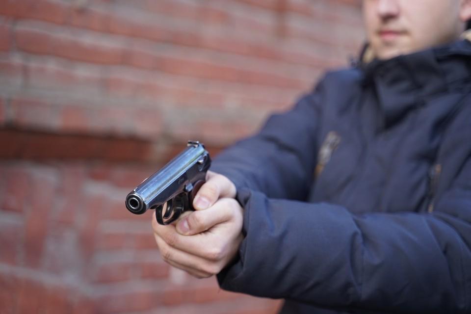 Продавец говорит, что преступник держал в руках пистолет, было ли оружие настоящим, предстоит выяснить полицейским
