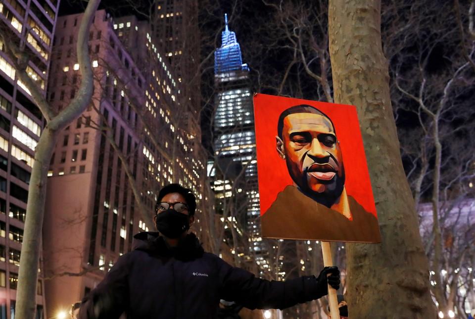 Участник пикета с портретом Флойда в Нью-Йорке.