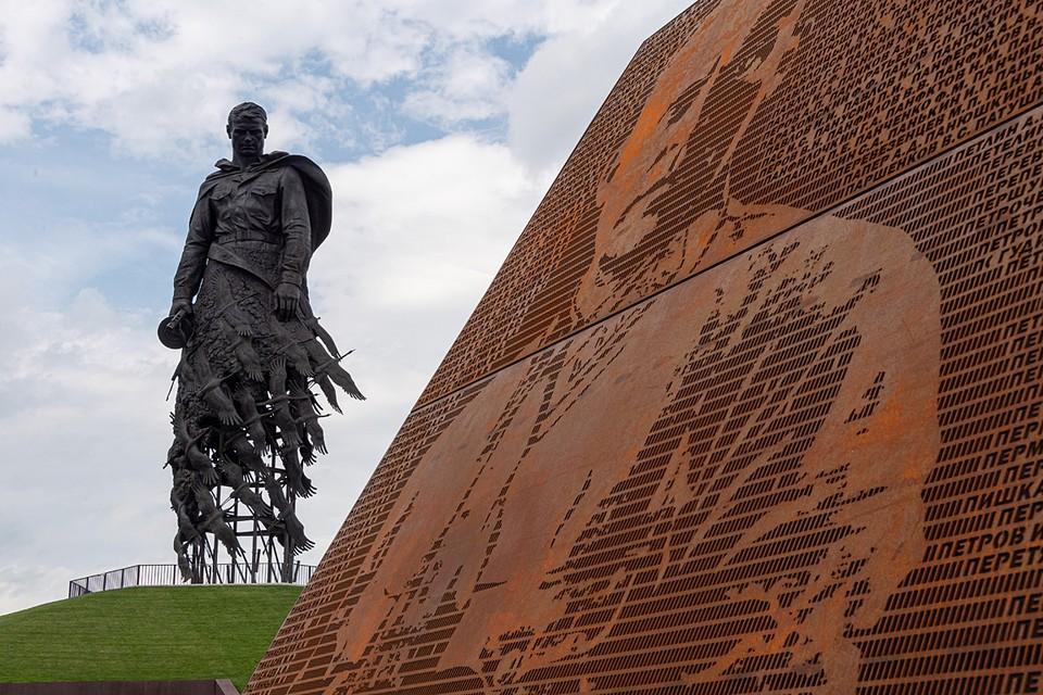 В этом же фильме рассказывается об истории возведения пронзительного мемориала Советскому солдату, который был открыт летом прошлого года