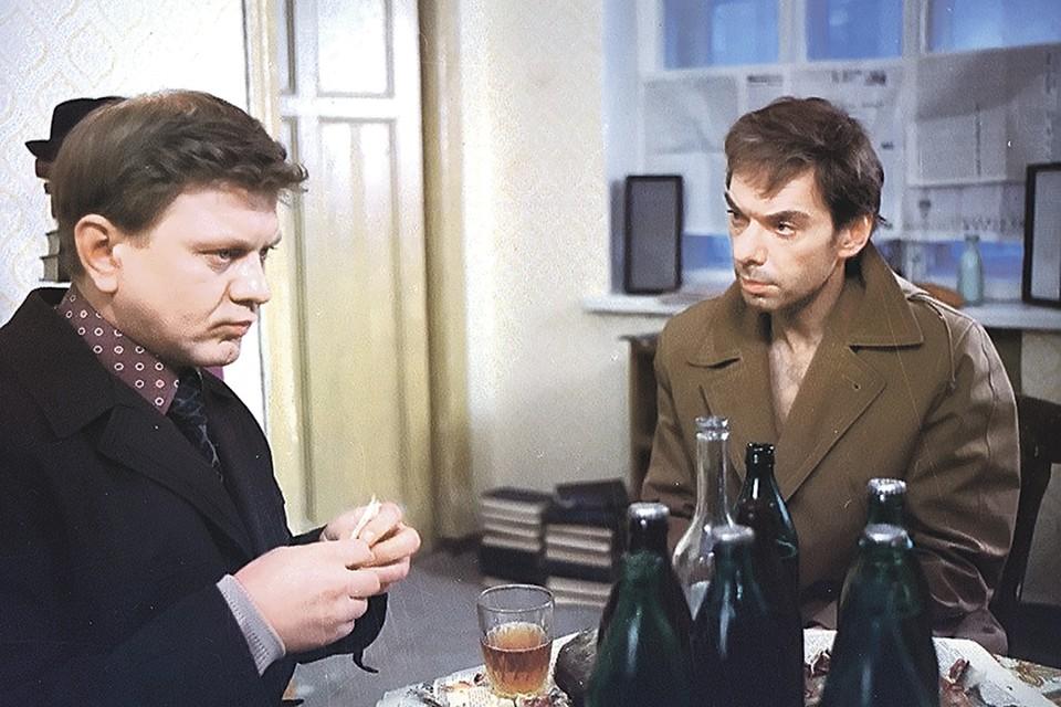Электрика Николая (слева) к пропавшему слесарю Гоше доставил КГБ. Кадр из фильма