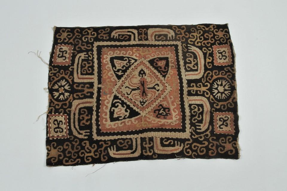 На фотографии вышивка, датированная 18-м веком из села Кубачи Дагестанской области. Фото: пресс-служба РЭМ