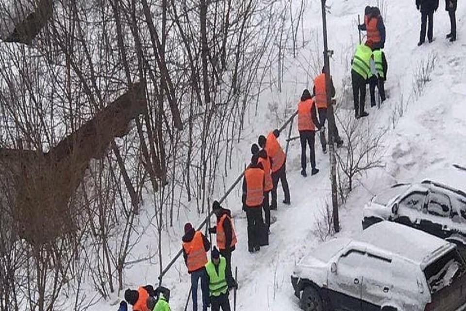"""Осужденные чистят снег в Новосибирске. Фото: """"АСТ - 54""""."""