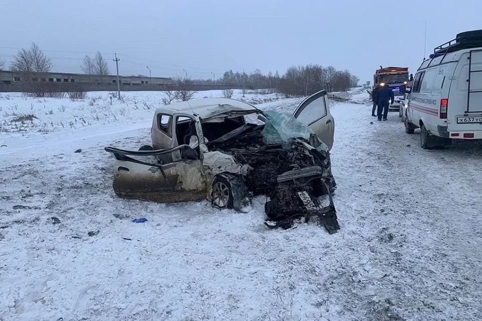 Водитель легковушки, которая столкнулась с грузовиком, умерла в реанимации. Фото: ГИБДД по Новосибирску