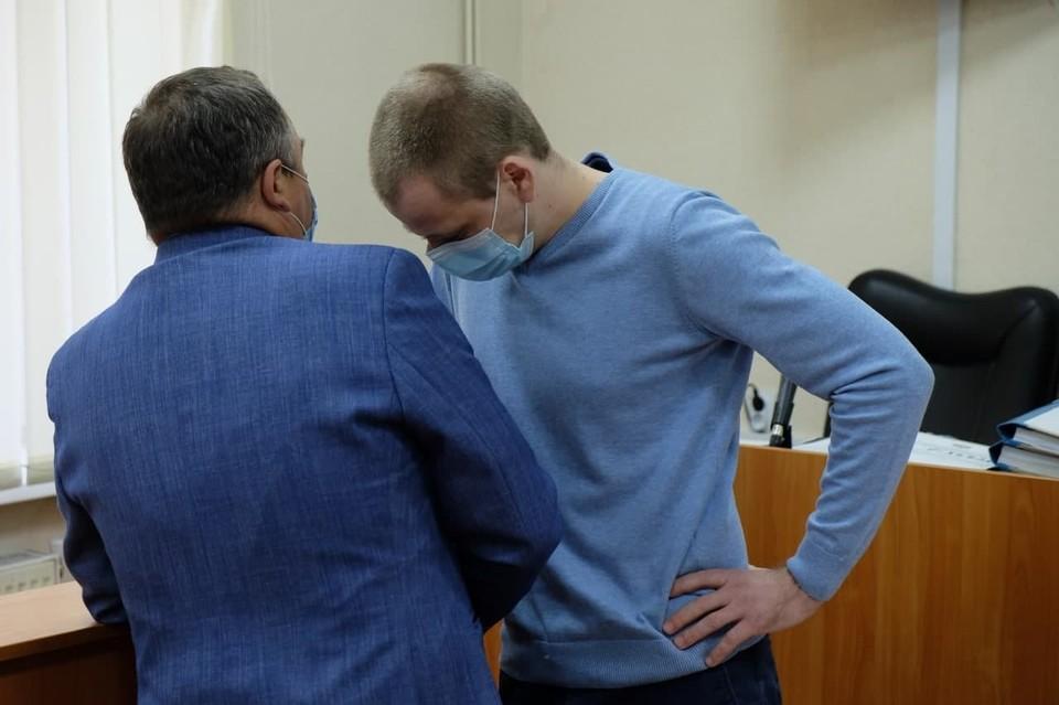 Николай Плебух (на фото с адвокатом) получил 2 года и 6 месяцев колонии общего режима.