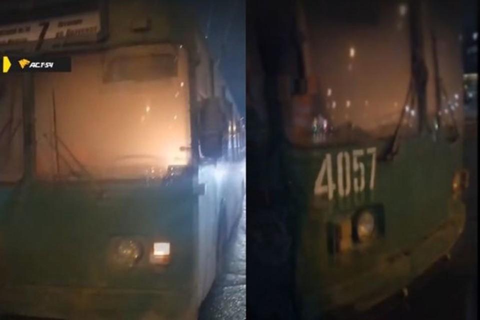 В Новосибирске, вечером 25 марта рядом с ГПНТБ загорелся троллейбус. Фото: Кадр из видео