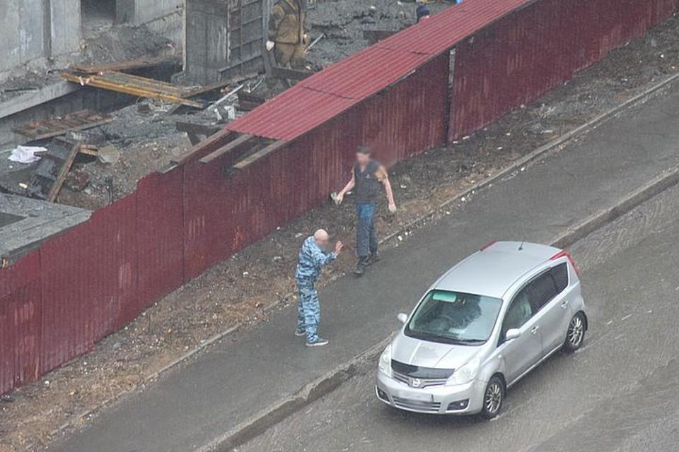 Охранник безуспешно пытался остановить машину