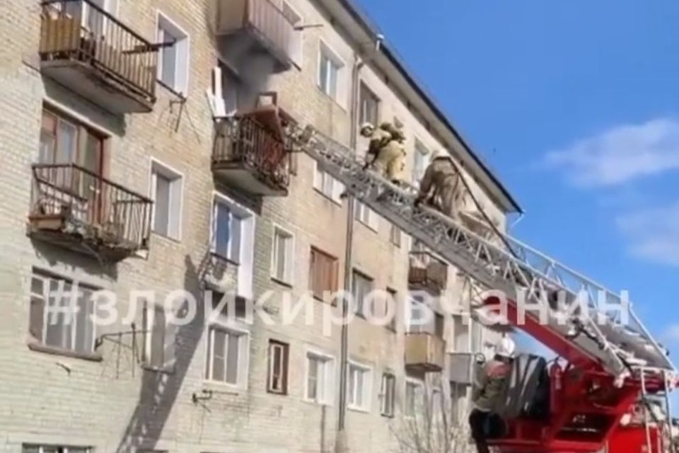 На место происшествия оперативно выехали спасатели, которые развернули лестницу для спасения людей. Фото: instagram.com/zloykirovchanin/