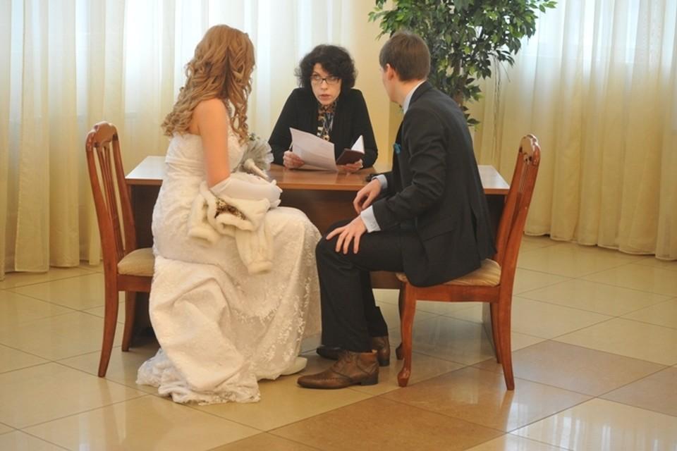 Молодоженам Бурятии разрешили приглашать на свадьбу гостей