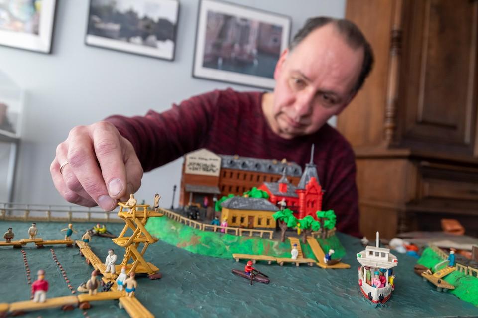 Художник Алексей Микулин уже семь лет создает пластилиновую Москву.