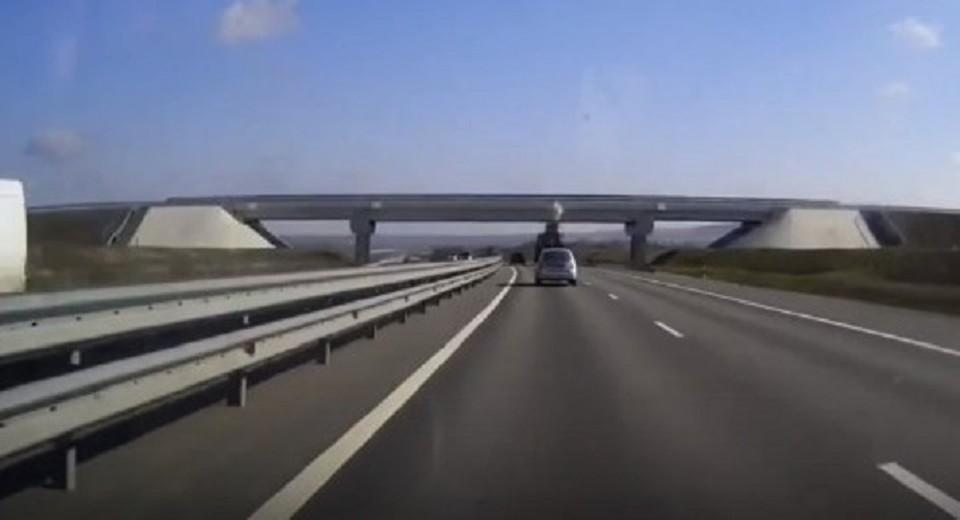 Грузовой автомобиль разрушил часть моста на крымской трассе. Фото: скриншот из видео