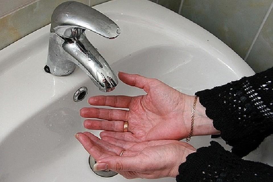 При обнаружении зеленой воды нужно позвонить по телефону: +7(843)291-87-95.