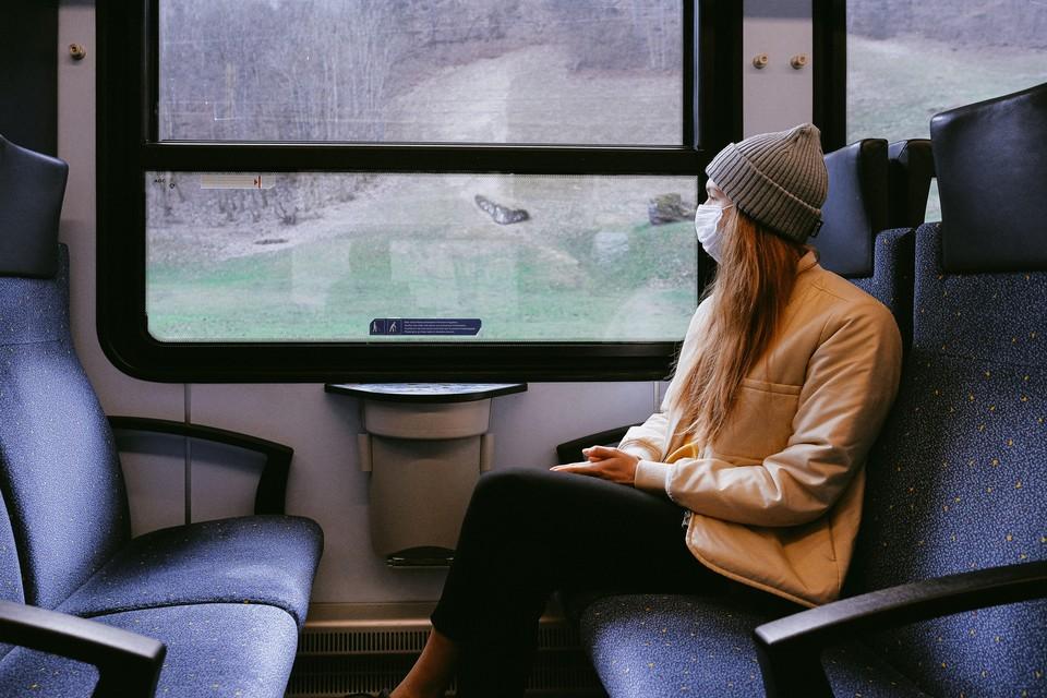 Для собственной безопасности, в общественных местах лучше по-прежнему находиться в масках. Фото: pexels.com