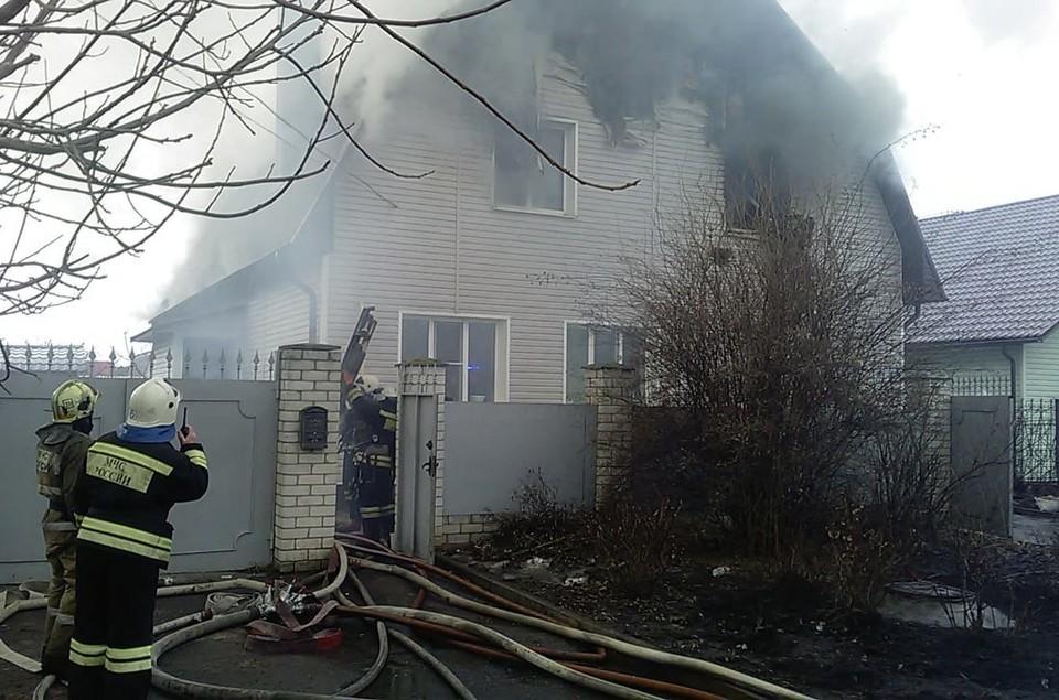 В кирпичном доме размером 10 х 15 метров огонь повредил чердак, потолочное перекрытие, отделку фасада