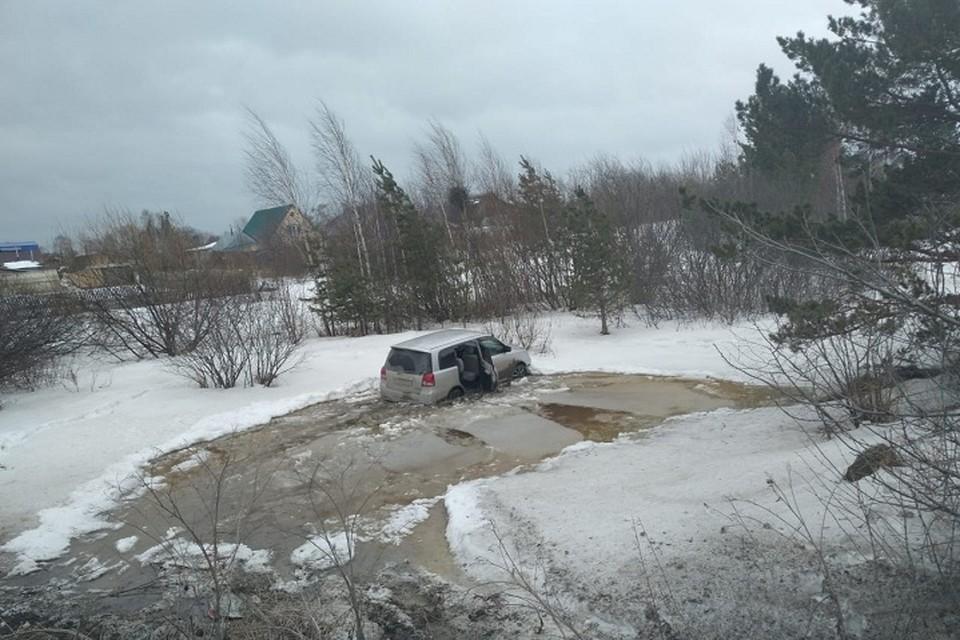 Машина с детьми улетела с проезжей части в глубокую ледяную лужу Фото: УГИБДД по Свердловской области