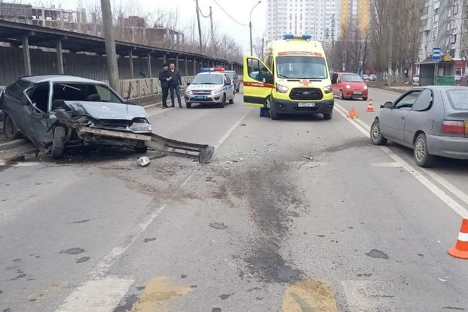 """В Липецке в ДТП с """"ВАЗом"""" и """"Тойотой пострадали водитель и пассажир"""