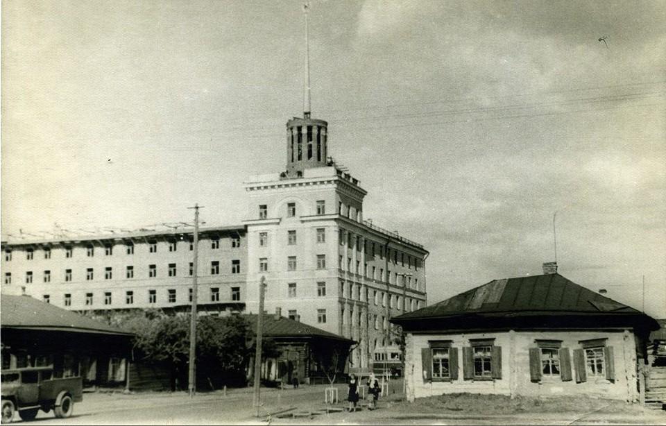 Знаменитому дому со шпилем на пересечении Проспекта Маркса и улицы Масленникова уже 70 лет.