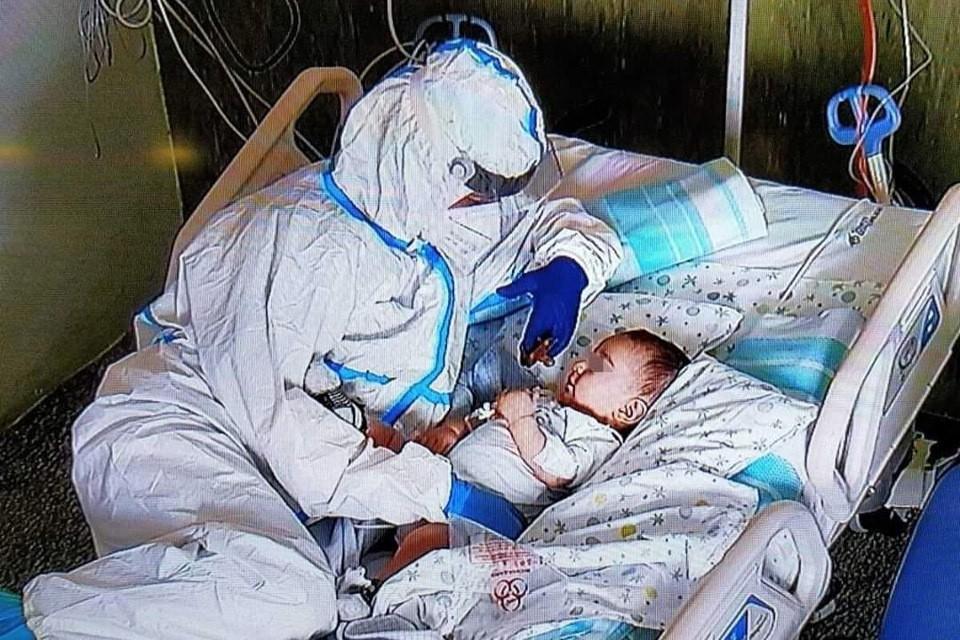 Фотографию, на которой 42-летняя медсестра из итальянской детской больницы в Анконе играет с семимесячным мальчиком по имени Маттео, сделали ее коллеги.