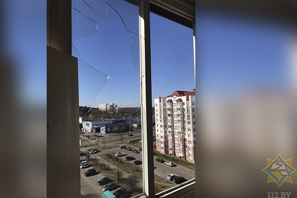 Судя по всему, девушка разбила окно. Фото: МЧС