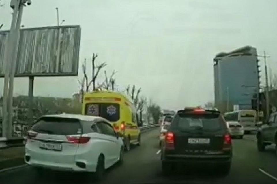 Автомобиль, двигающийся за скорой, попал в ДТП