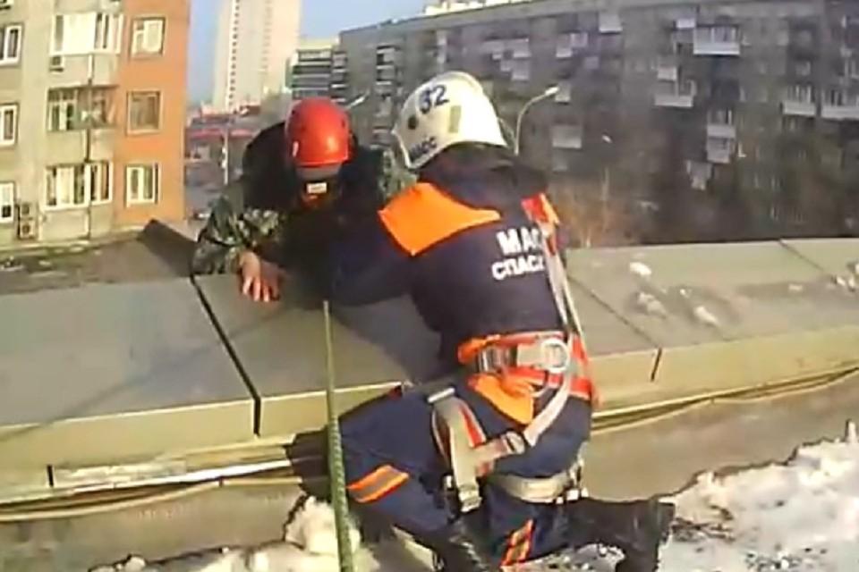 Спасатели сняли с крыши испуганного мужчину. Фото: стоп-кадр.