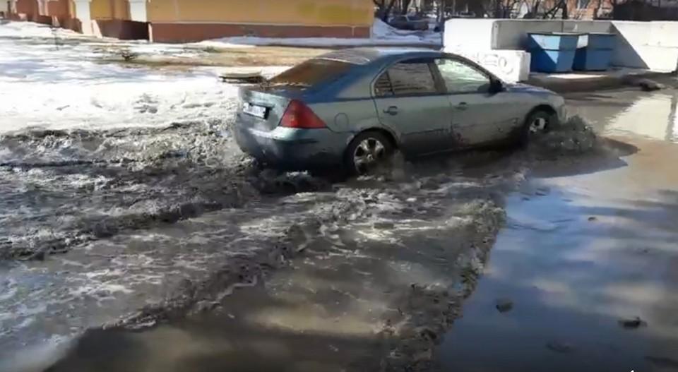 Для омской весны актуальнее не машины, а лодки. Фото: «Омск Online»