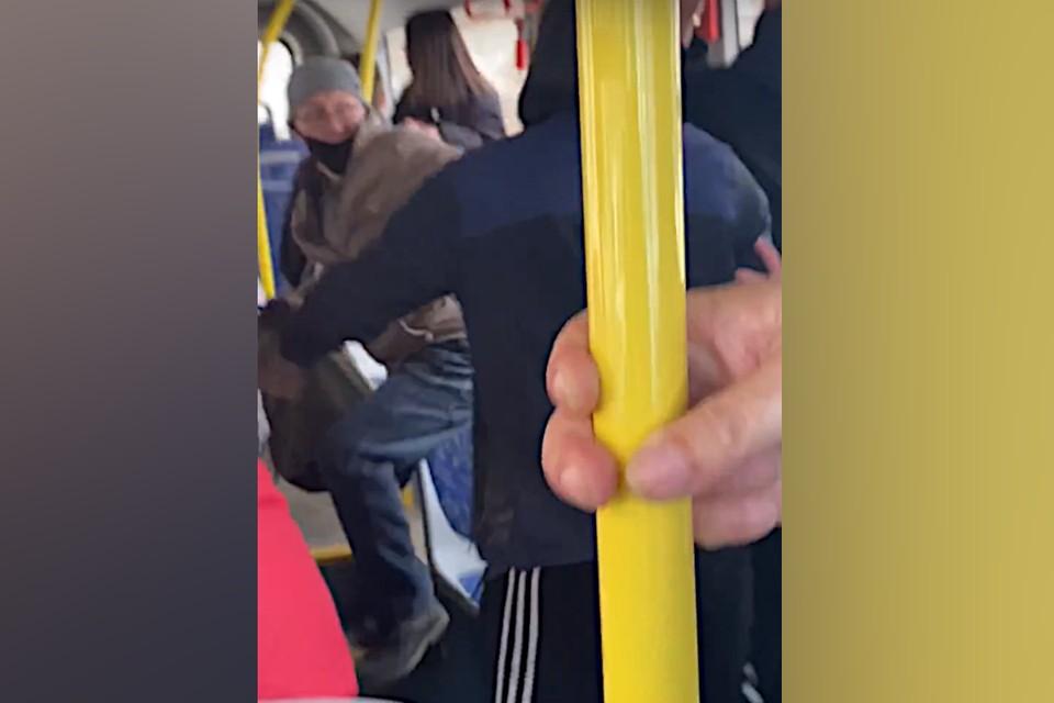 В Твери вновь произошла драка в автобусе. Фото: принтскрин видео из группы в ВК/Осторожно Тверь! (ex - Позор Тверь)/Светлана Хегай.