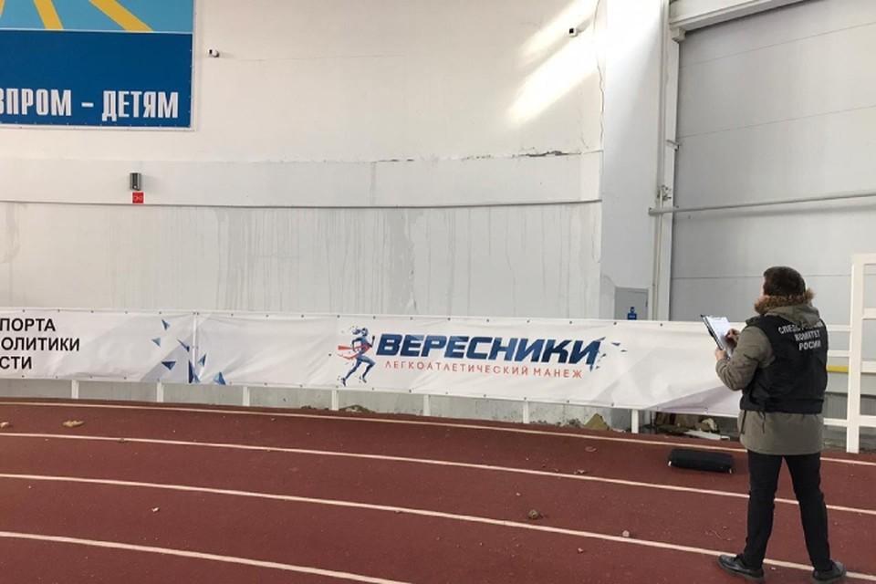 Следователи изъяли необходимую документацию, видео обрушения и фрагменты крыши. Фото: СУ СКР по Кировской области
