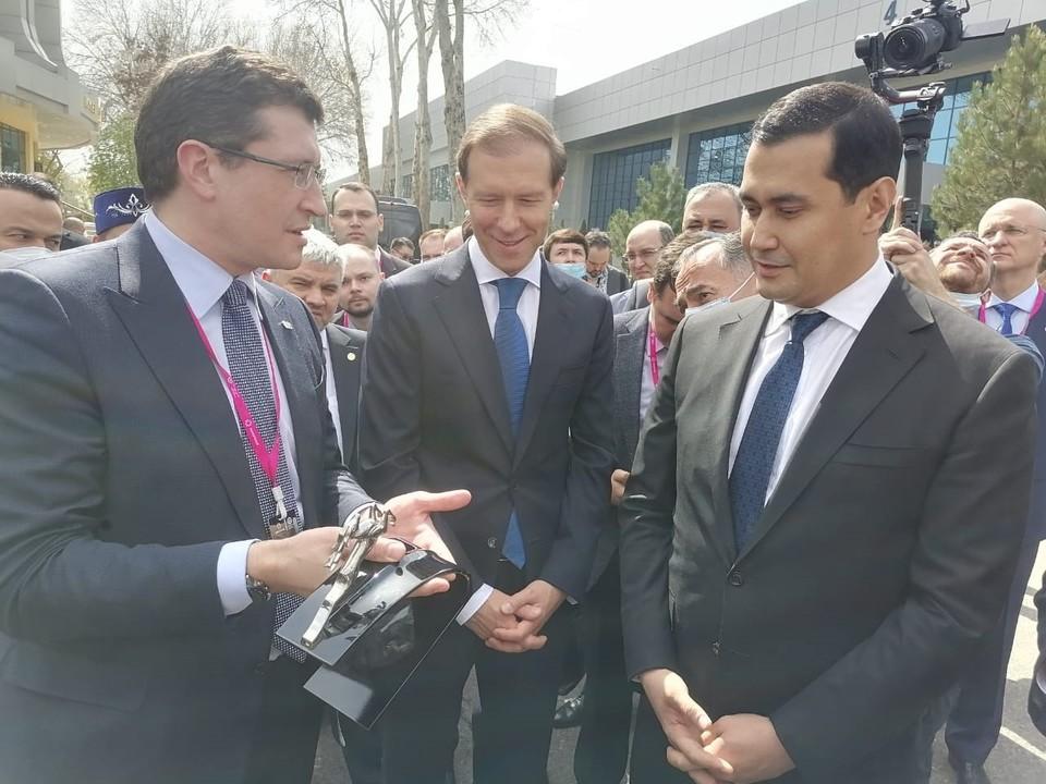 Глеб Никитин и Денис Мантуров участвовали в церемонии передачи Узбекистану ГАЗовских автомобилей скорой помощи