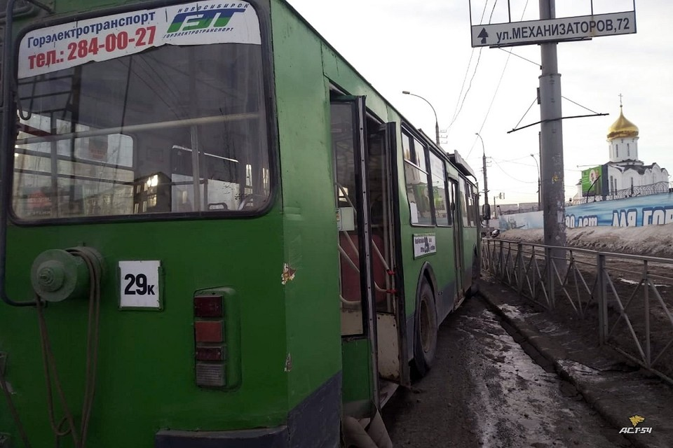 """В Новосибирске у троллейбуса отказали тормоза. Фото: """"АСТ - 54""""."""