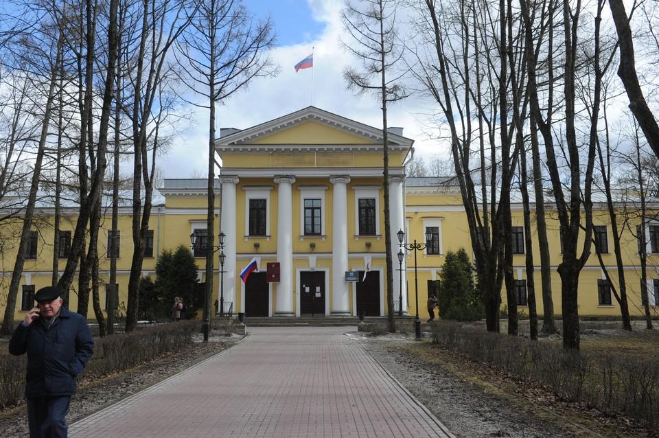 Новая резиденция губернатора должна разместиться в здании на улице Киргетова, 1. Сейчас ее занимает местная администрация Гатчины.