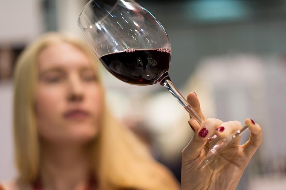 Для красных сухих вин, которые составляют более 70% французского экспорта, падение продаж составило более 7%.