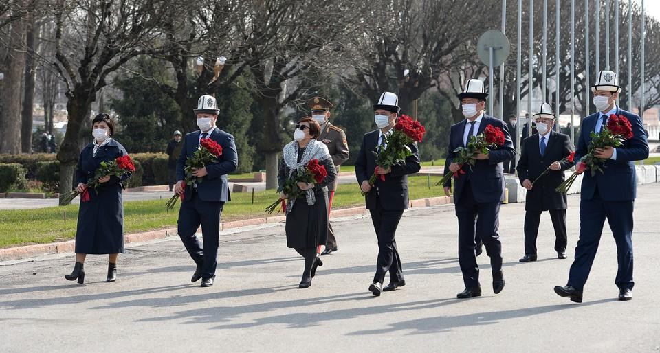 Первые лица страны почтили память героев Апрельской революции.