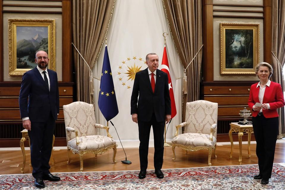 Главу Еврокомиссии оставили без стула на встрече с Эрдоганом в Анкаре