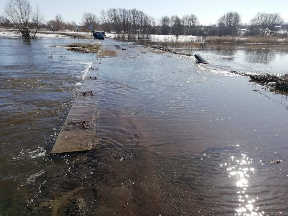 Затопление низководного автомобильного моста в Сергачском районе.