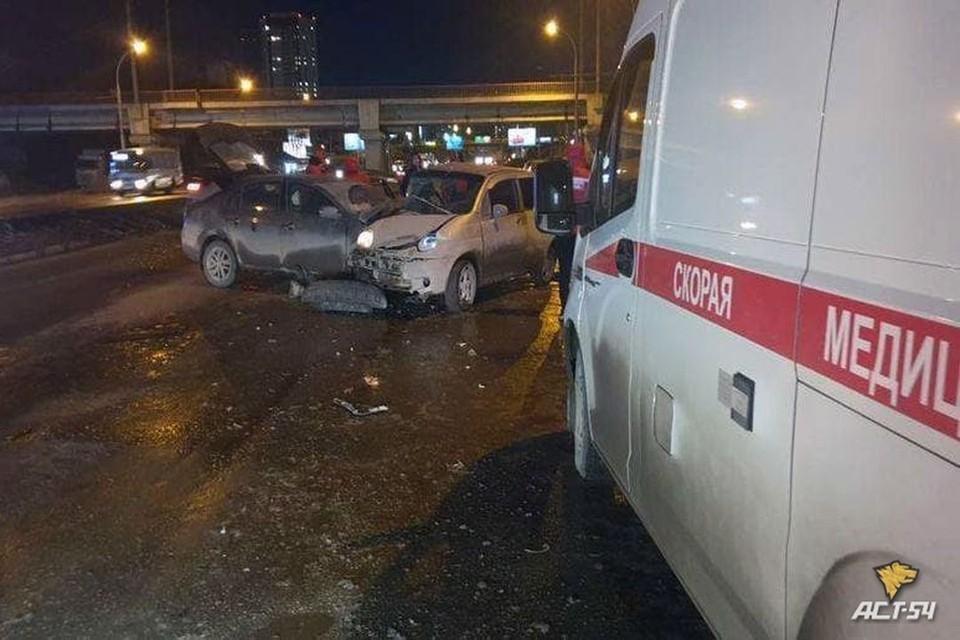 "На Ипподромской магистрали столкнулись две иномарки. Фото: ""АСТ-54"""
