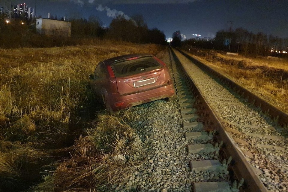 """В Кудрово неизвестный """"гонщик"""" побил несколько авто на парковке. Фото: vk.com/kudrovolife"""