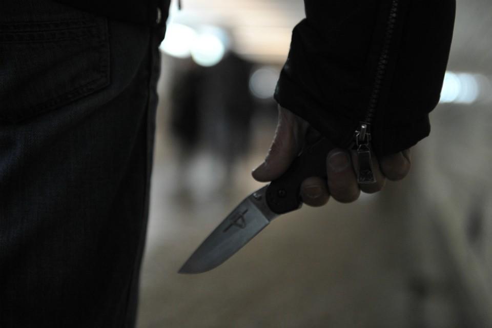 омич угрожал девушке ножом, требуя довезти его до Левого берега