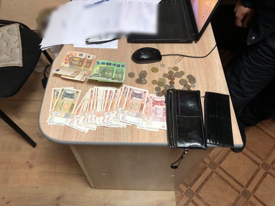 В кошельке оказалось много денег (Фото: Пограничная полиция).