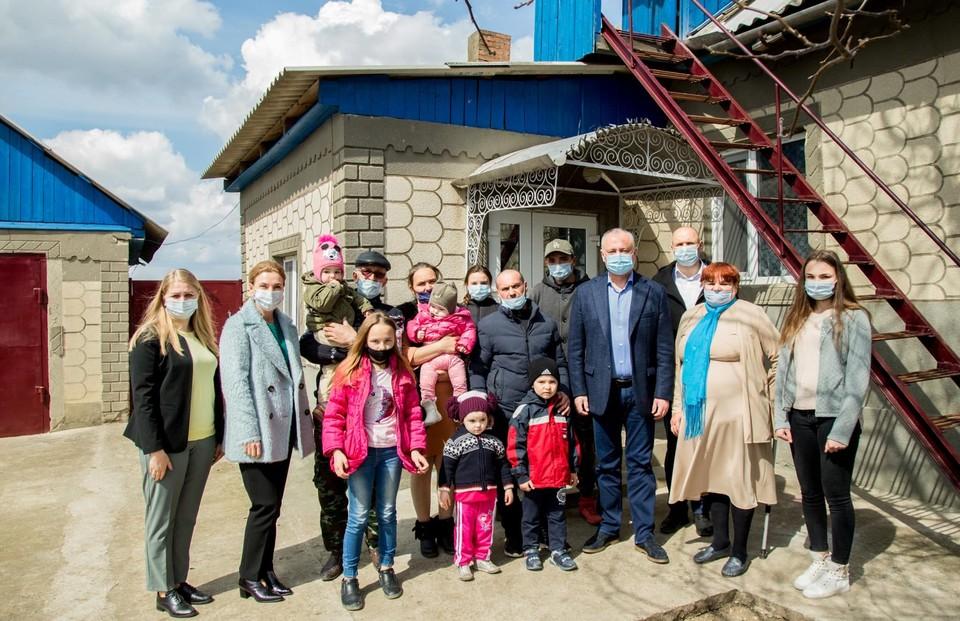 Ещё одна многодетная семья обрела крышу над головой благодаря Игорю Додону. Фото:aif.md