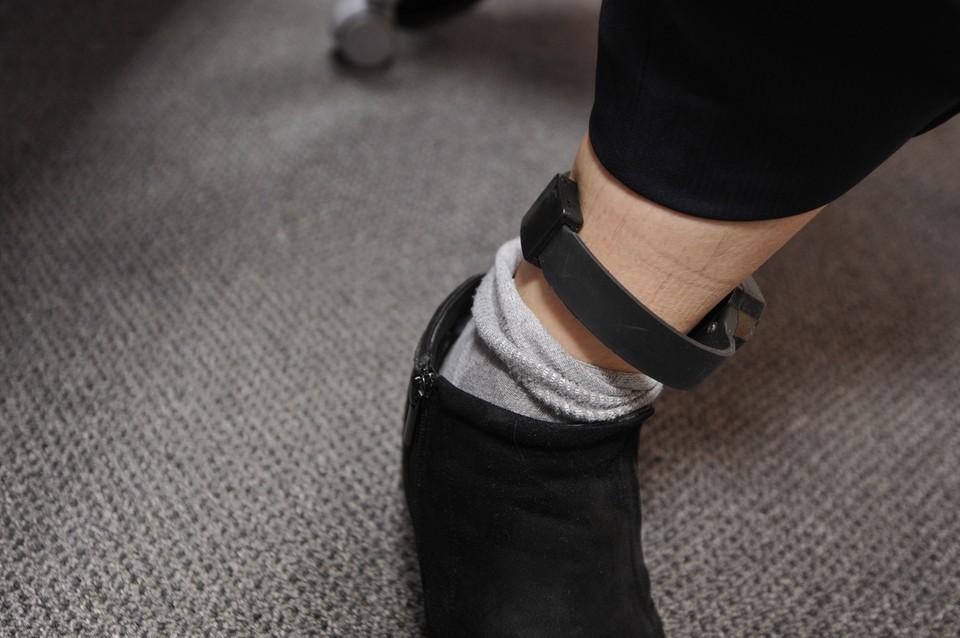 Электронный браслет системы ГЛОНАСС, который позволяет следить за перемещениями заключенных