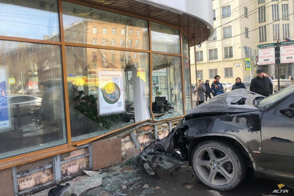 "«БМВ» сбило двух пешеходов и влетело в стеклянную стену офиса. Фото: ""АСТ-54"""