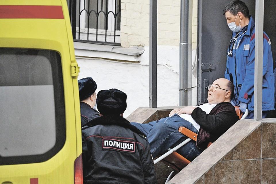 Бориса Шпигеля почти без сознания вынесли на носилках из зала суда и отправили в больницу. Фото: Алексей МАЙШЕВ/РИА Новости