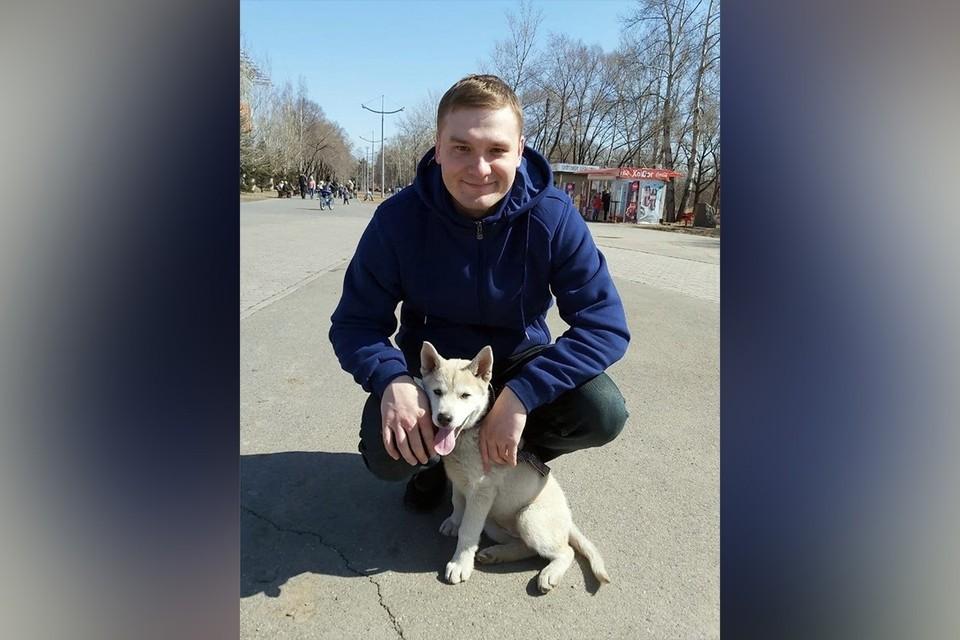 Валентин Коновалов с новой питомицей. Фото: страница главы Хакасии в соцсетях.