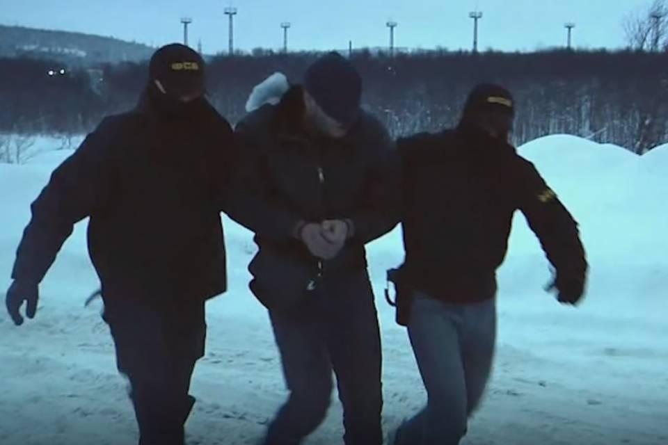 Жителя Мурманска задержали у тайника, где он хранил самодельное взрывное устройство. Фото: скриншот видео