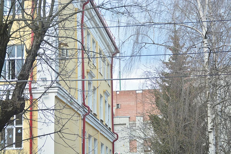 Окно, из которого выпал девятиклассник, находится со стороны правого фасада здания школы.