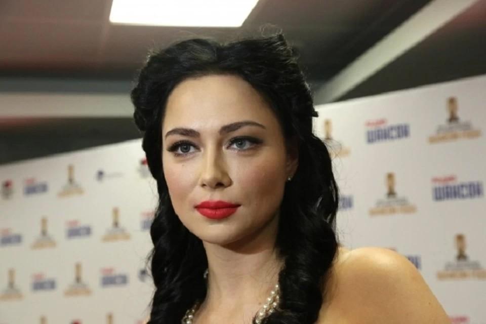 Актриса Настасья Самбурская рассказала, как скотч помогает снимать сексуальные сцены.